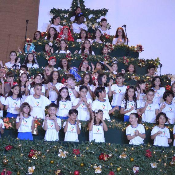 Alunos do Colégio Batista deram um show no musical de natal com uma linda apresentação